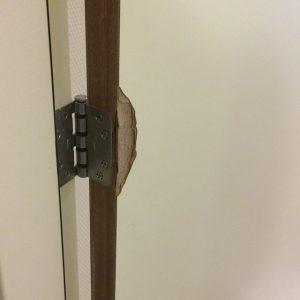 uitdagende schades herstellen, hier aan een witte deur